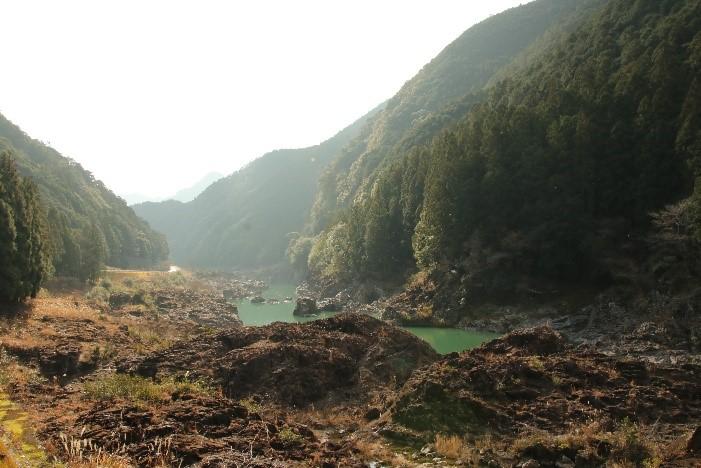 国道から見える峡谷美!!焼け焦げるような岩々と、エメラルドグリーンに輝く七色峡を歩こう