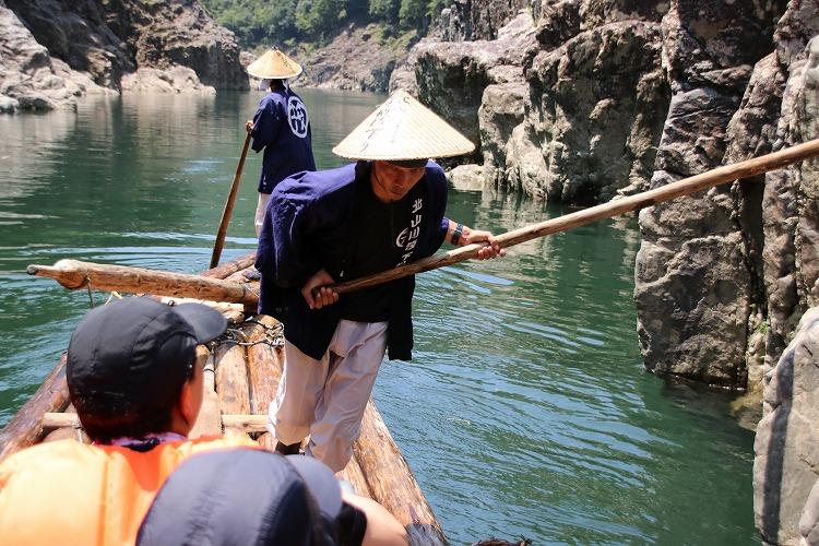 岩の間に檜の棒を挟み込み、てこの原理で筏を前方へ進めていきます。筏師は、体力のいる仕事です。