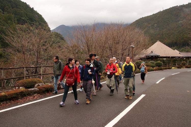 小森ダム湖周辺を歩きます。春は、桜並木になります。