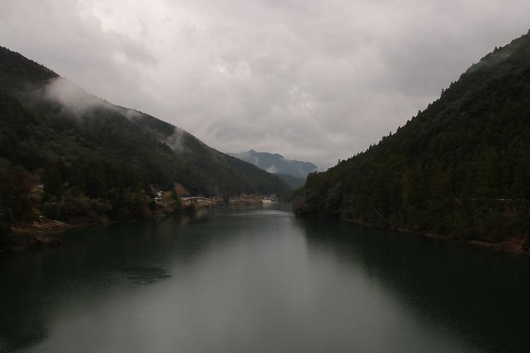 橋の上からは、渓谷に囲まれたダム湖が