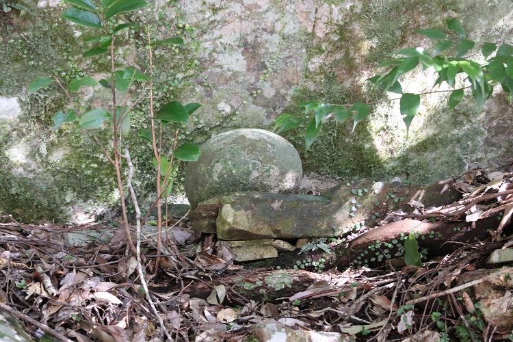 横には、大きな丸石が祀られてあります