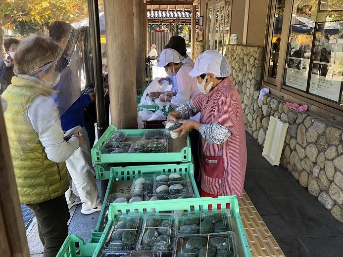 熟練された技術で作られたお餅販売。