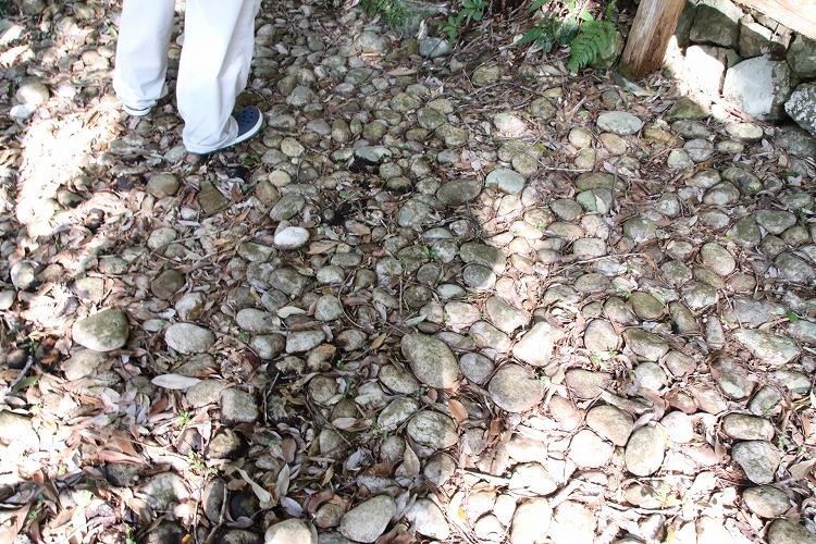 地面には、丸石が敷き詰められています