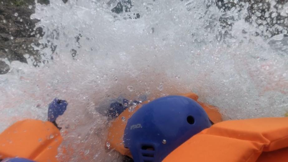 急落下し、水がボートを襲います