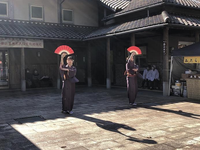 新宮から踊り子が来村し、踊りを披露してくださいました。